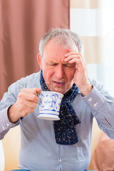 Starszy pitnej herbaty leczyć grypa stary Zdjęcia stock © Kzenon
