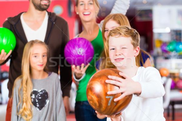 Família boliche centro pais jogar crianças Foto stock © Kzenon