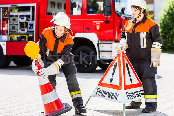 Feminino fogo para cima atenção assinar emergência Foto stock © Kzenon