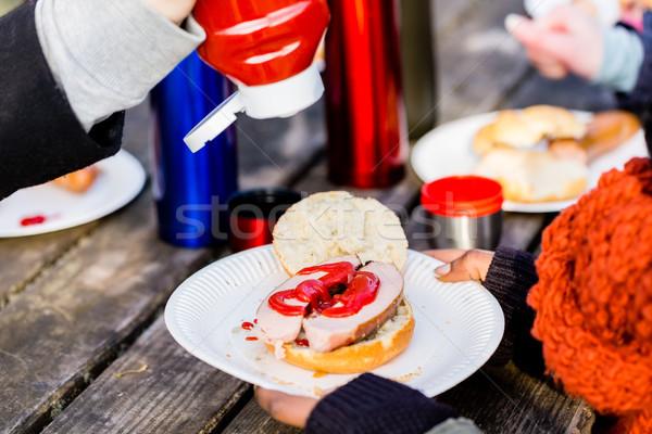 Worst ketchup geserveerd buitenshuis picknicktafel Stockfoto © Kzenon