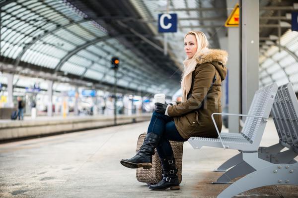 Vrouw treinstation wachten bank stad Stockfoto © Kzenon