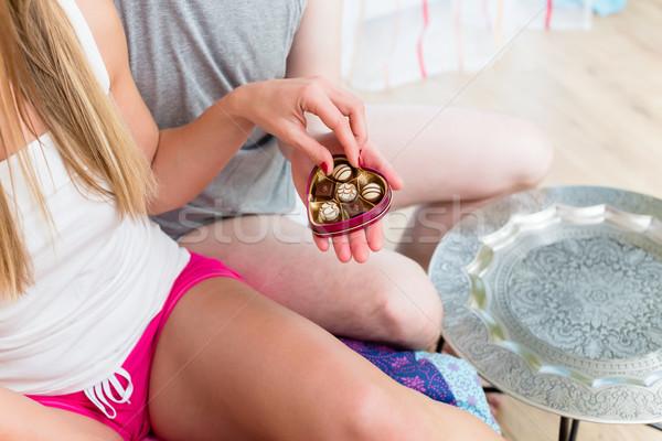 Giovane fidanzata cioccolato candy san valentino segno Foto d'archivio © Kzenon