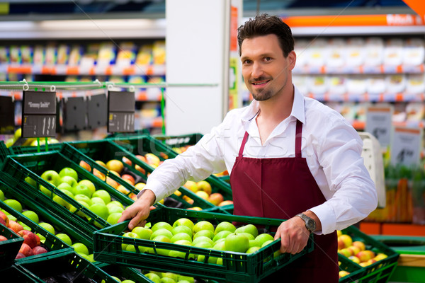 Photo stock: Homme · supermarché · magasin · assistant · cases · pommes
