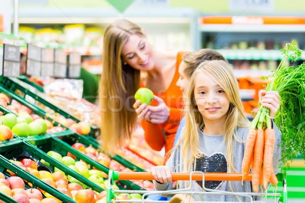 Család élelmiszer vásárlás kiválaszt gyümölcsök zöldségek Stock fotó © Kzenon