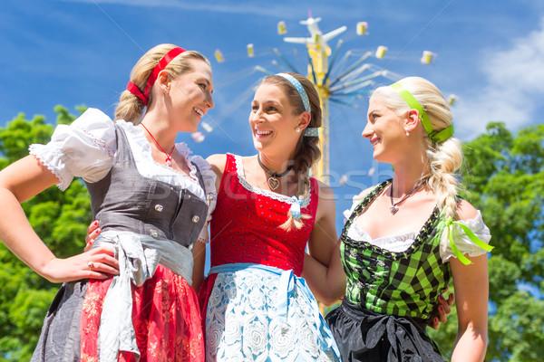 Foto stock: Amigos · festival · mulheres · em · pé · carrossel · feliz