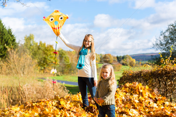 Meninas voar pipa cair outono parque Foto stock © Kzenon