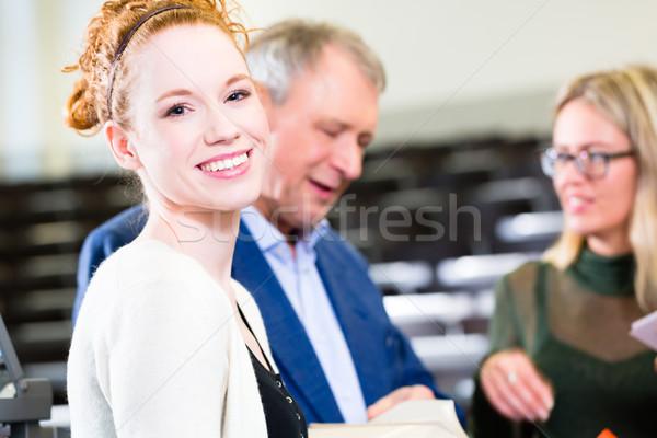 Studenten vragen hoogleraar college gehoorzaal Stockfoto © Kzenon