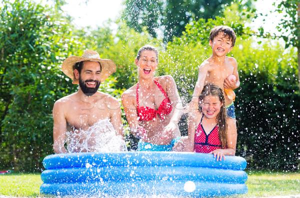 Famiglia giardino piscina raffreddamento giù Foto d'archivio © Kzenon