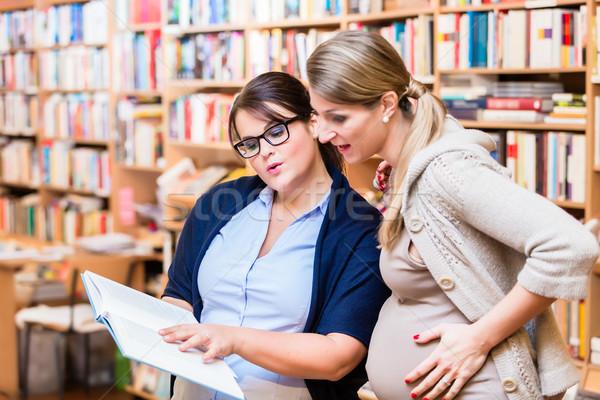 Due amici lettura libro bookstore insieme Foto d'archivio © Kzenon
