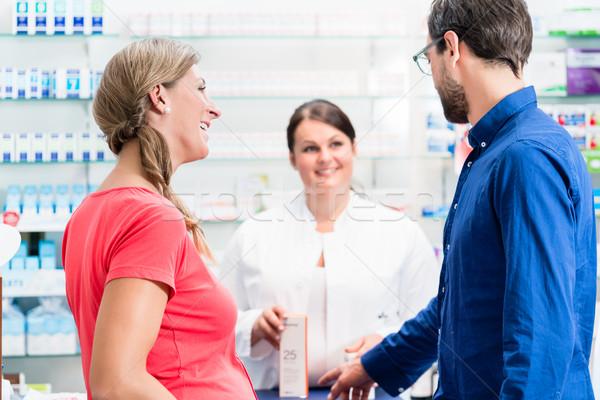 Mulher homem compra drogas farmácia mulheres Foto stock © Kzenon