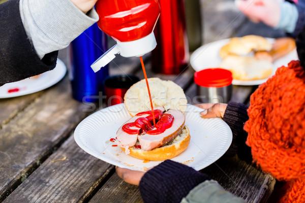 Salsiccia ketchup servito esterna tavolo da picnic Foto d'archivio © Kzenon
