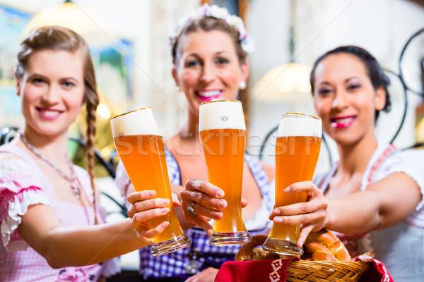 Groep mensen tarwe bier pub vrouwen restaurant Stockfoto © Kzenon