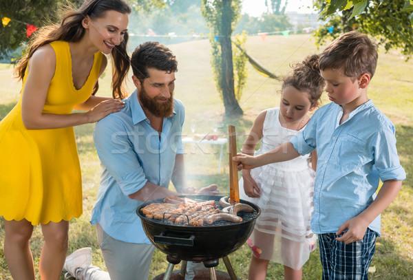 Père en fils viande charbon barbecue souriant détente Photo stock © Kzenon