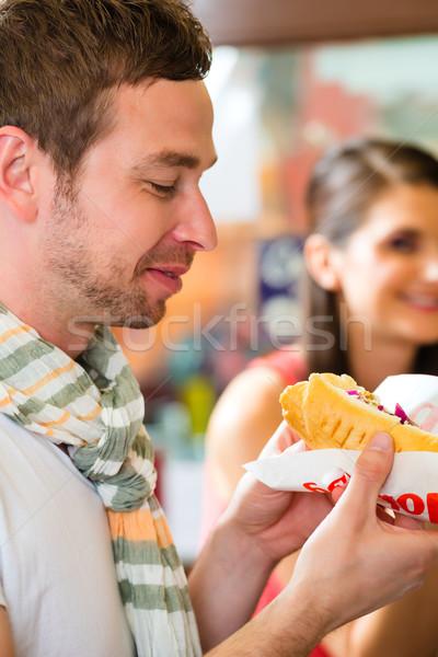 Klanten eten hotdog fast food snack bar Stockfoto © Kzenon
