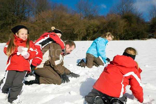 Famiglia palla di neve lotta ragazzi inverno top Foto d'archivio © Kzenon