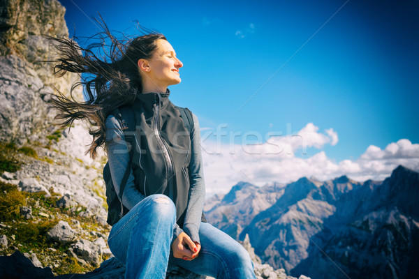 Mujer montana ir de excursión pelo Foto stock © Kzenon