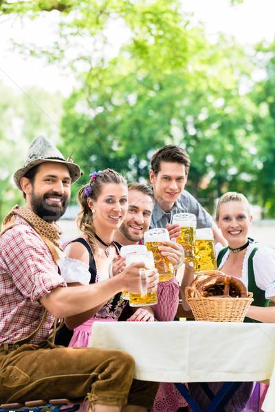 Foto stock: Amigos · cerveza · jardín · potable · verano · mujer
