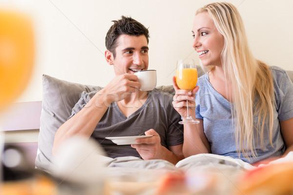 Gelukkig drinken koffie sinaasappelsap ontspannen Stockfoto © Kzenon