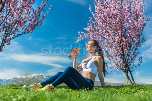 Nő megnyugtató fut testmozgás ivóvíz fitt Stock fotó © Kzenon