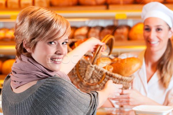 Sprzedawca kobiet klienta piekarni piekarz sprzedawczyni Zdjęcia stock © Kzenon