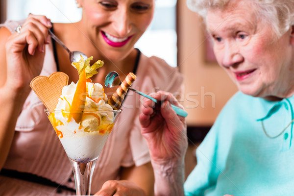 Сток-фото: бабушки · еды · мороженым · старший · женщину