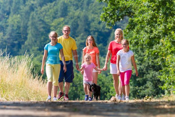 家族 徒歩 パス 森 少女 子供 ストックフォト © Kzenon