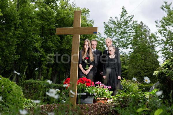 Rodziny żałoba grobu cmentarz cmentarz kwiaty Zdjęcia stock © Kzenon