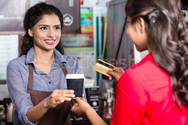 Női vásárló fizet kávé hitelkártya indiai Stock fotó © Kzenon