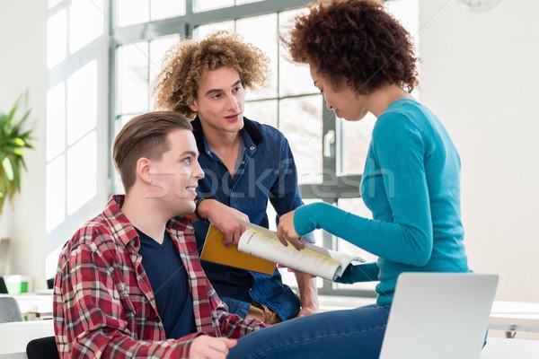üç Öğrenciler fikirler farklı Stok fotoğraf © Kzenon