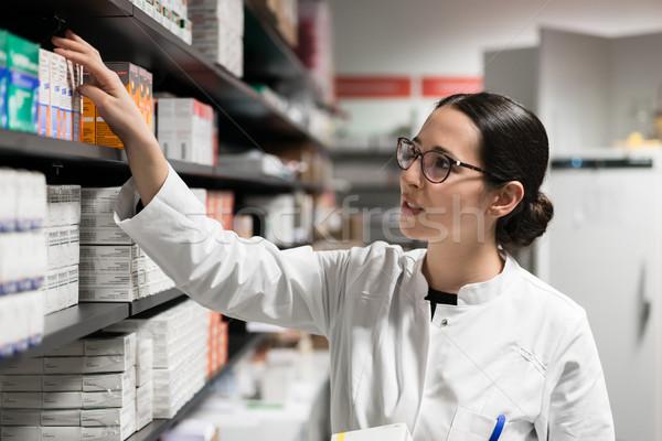 Dévoué pharmacien médecine plateau travaux Photo stock © Kzenon
