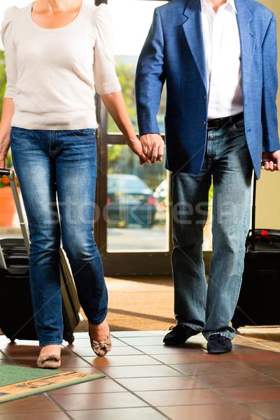 Idős házaspár érkezik hotel férfi nő Stock fotó © Kzenon