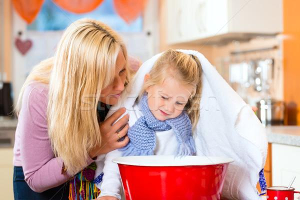 Matka opieki chorych dziecko krajowy kuchnia Zdjęcia stock © Kzenon