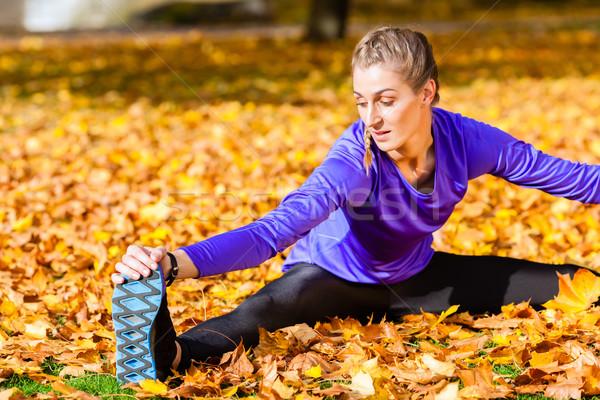 Nő torna ősz lomb lány sport Stock fotó © Kzenon