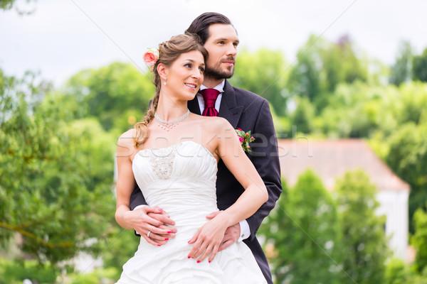 Menyasszonyi pár park vőlegény tart menyasszony Stock fotó © Kzenon