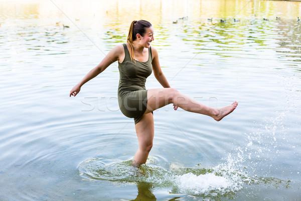 Vrouw vrolijk meer water jonge vrouw Stockfoto © Kzenon