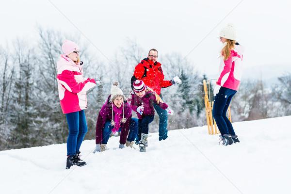 Família crianças bola de neve lutar inverno diversão Foto stock © Kzenon