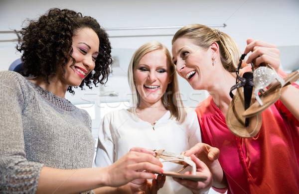 Barátok vásárlás utazás megbeszél szandál cipők Stock fotó © Kzenon