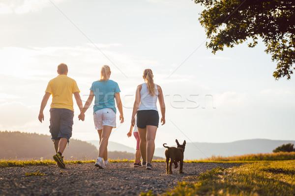 Foto stock: Familia · perro · caminando · casa · rural · mujer