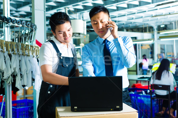 Werknemer klantenservice fabrieksarbeider productie manager kijken Stockfoto © Kzenon