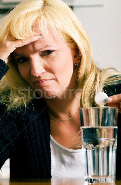 Migrén nő rossz fájdalomcsillapító tabletta üveg Stock fotó © Kzenon