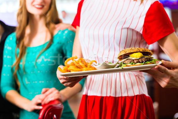Emberek amerikai étterem étterem pincérnő barátok Stock fotó © Kzenon