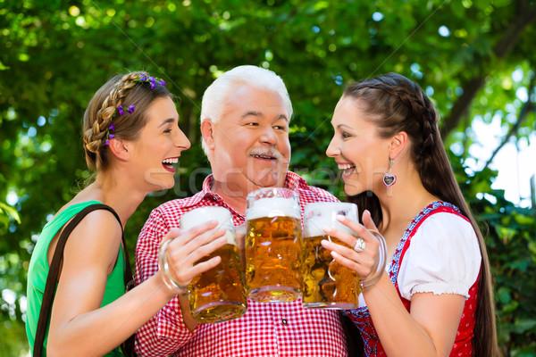 Bier Garten Freunde trinken Lederhosen frischen Stock foto © Kzenon