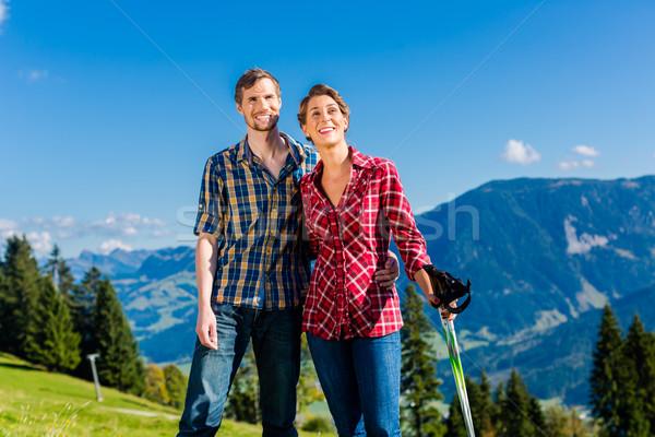Paar genieten wandelen alpine bergen Stockfoto © Kzenon