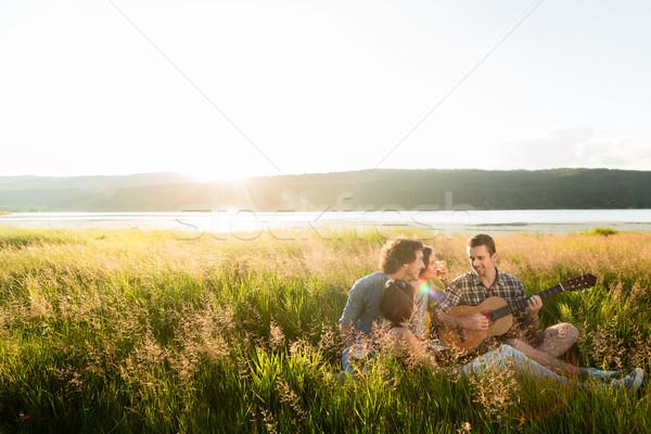 Zdjęcia stock: Grupy · młodych · ludzi · zachód · słońca · gry · gitara · muzyki