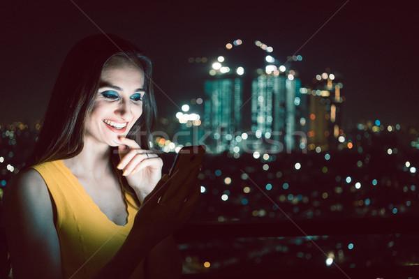Stock fotó: Nő · randizás · app · közösségi · média · telefon · szórakozás