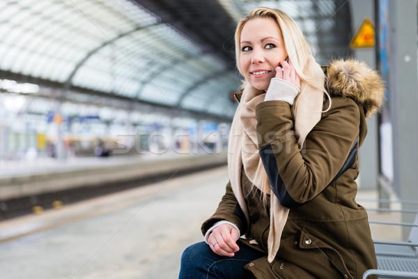 女性 電話 待って 列車 プラットフォーム 市 ストックフォト © Kzenon