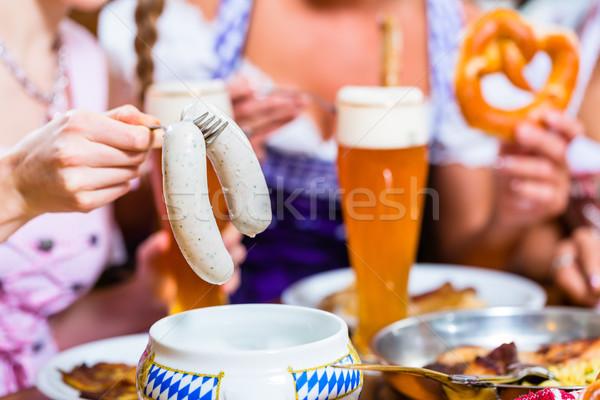 Foto stock: Ninas · restaurante · desayuno · ternera · salchicha · cerveza