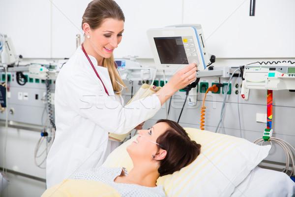 Arts intensief medische zorg resultaten vrouw patiënt Stockfoto © Kzenon