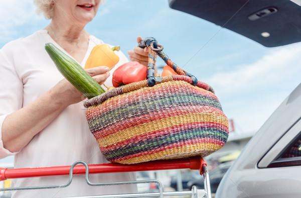 Alegre senior mulher cesta completo Foto stock © Kzenon