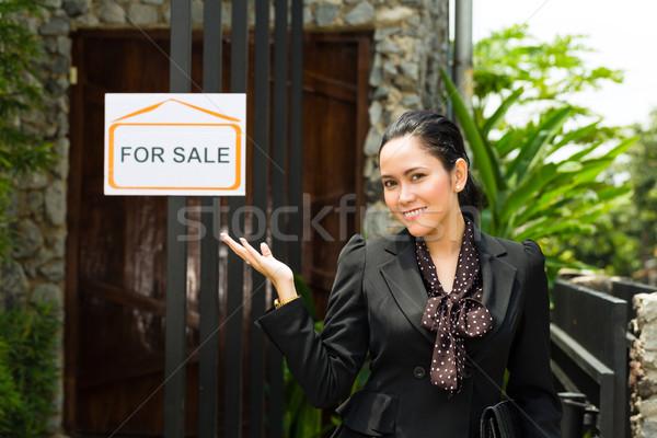 Asian pośrednik w sprzedaży nieruchomości nowy dom nieruchomości młodych Zdjęcia stock © Kzenon